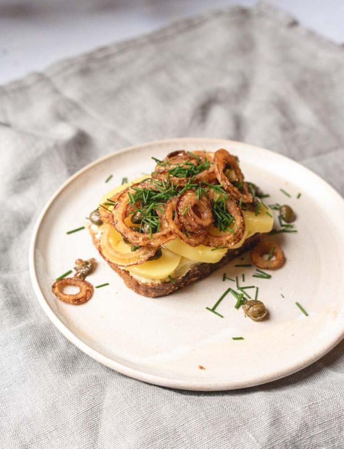 Vegetarisk smørrebrød med kartoffel og goudacreme