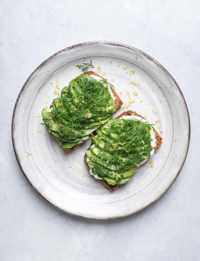 Smørrebrød med avocado, rygeostcreme & dild