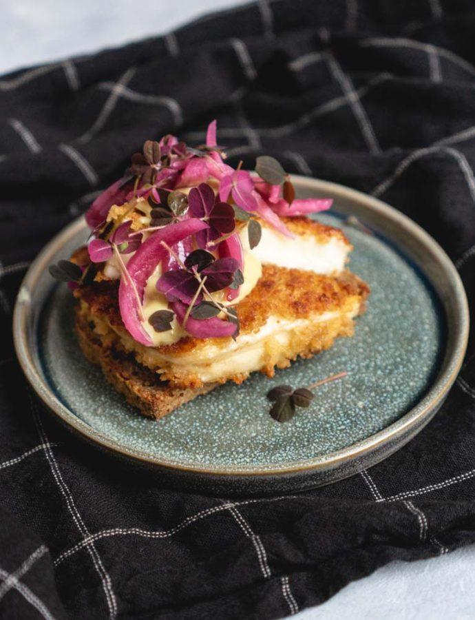 Vegetarisk smørrebrød med pankopaneret halloumi