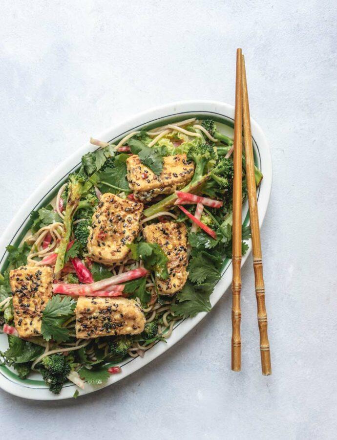 Sobanudler med broccoli & sesampaneret tofu