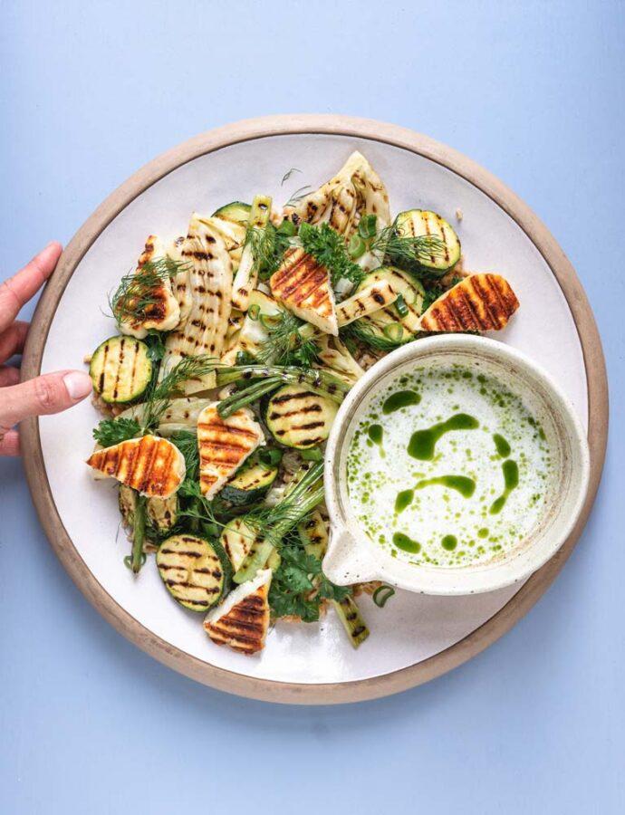 Grillet salat med perlespelt, halloumi & syrlig urtedressing