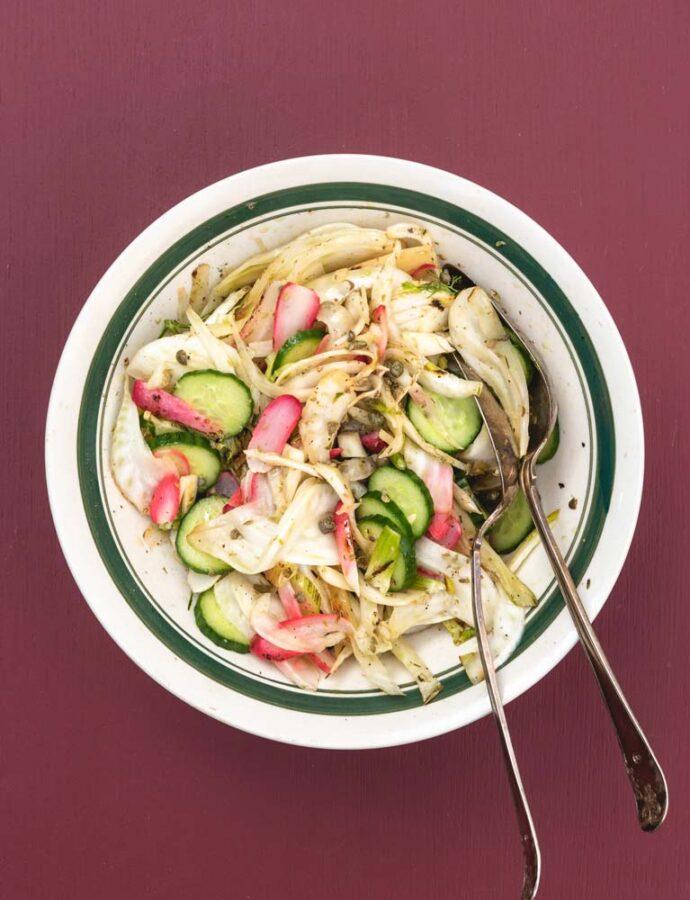 Grillet salat med fennikel, radise, agurk og kapers