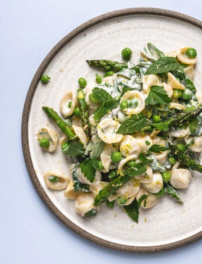 Junipasta med asparges, ærter & mynte