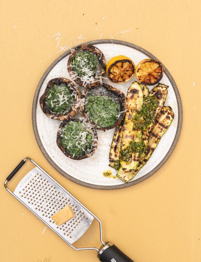 Grillede portobello m. urtesmør, grøntsager med chimichurri og brændt citron