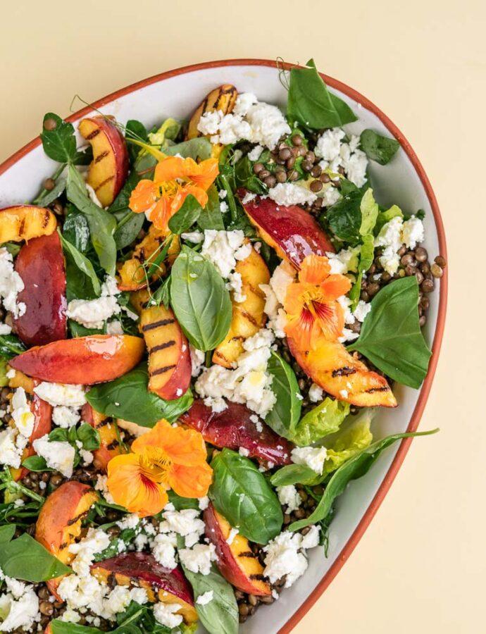 Salat med grillede nektariner, linser, honning og feta