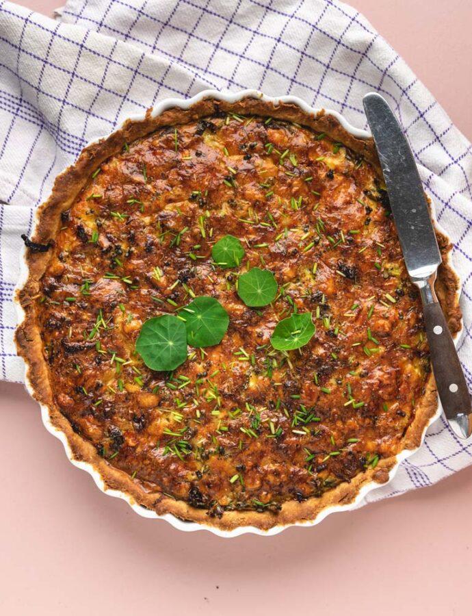 Tærte med grønkål og karamelliserede løg
