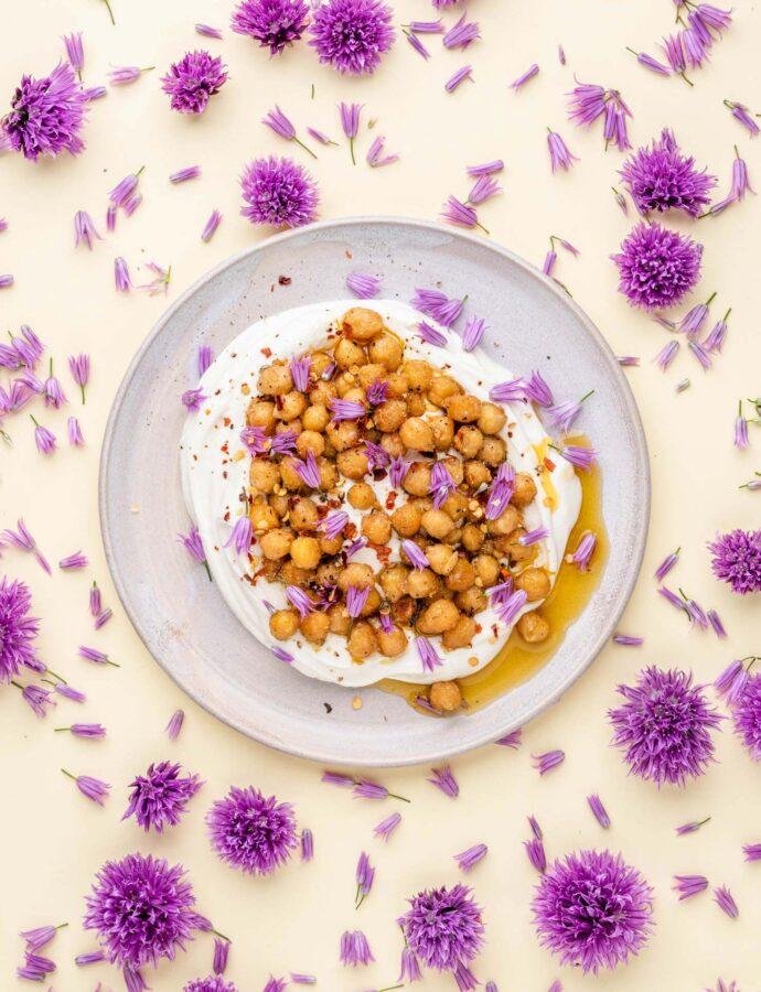 Tahinyoghurt med krydrede kikærter i hvidløgssmør