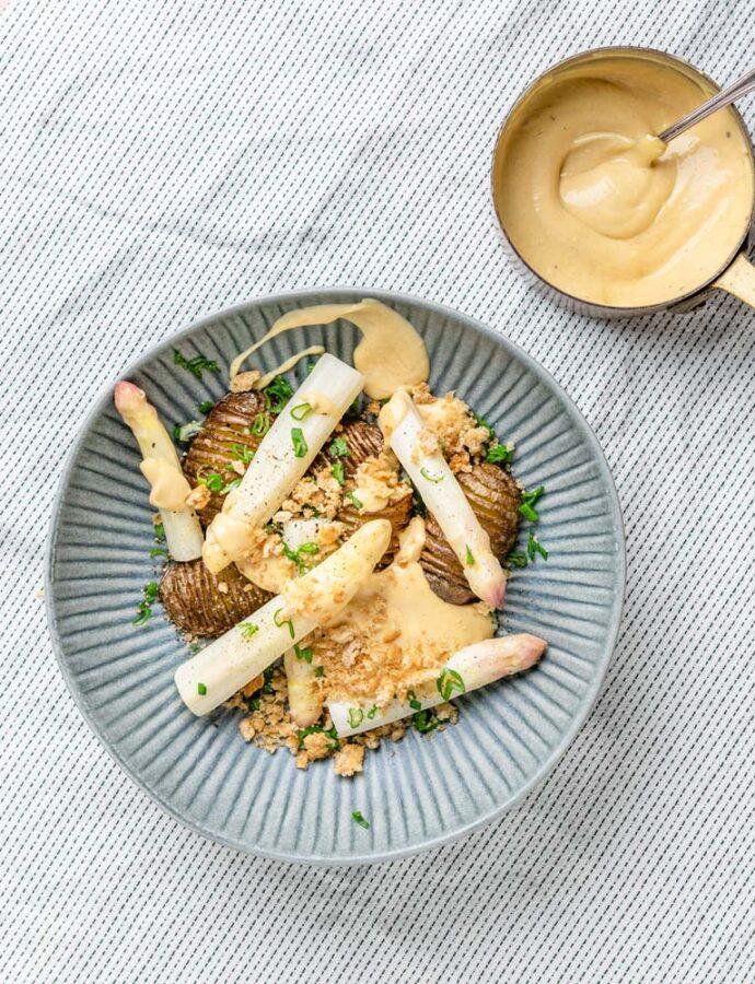 Hvide asparges m. halve hasselback & hollandaise på brunet smør